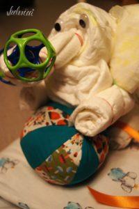 Spielzeug wurde mit vielen Gummis am Rüssel befestigt