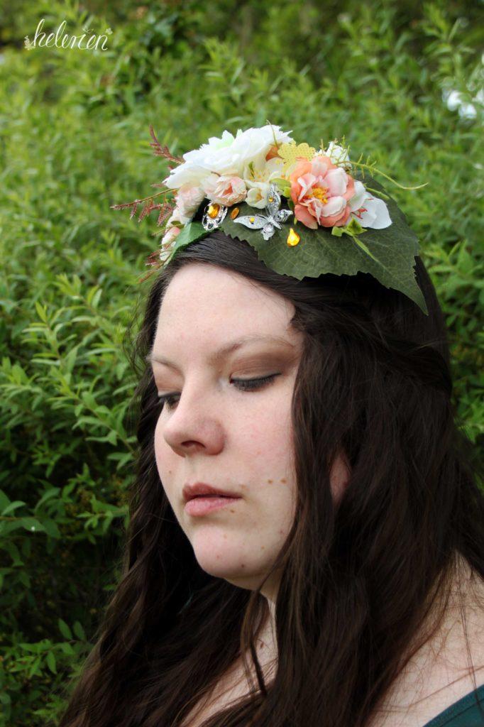 Selbstportrait mit Headpiece, seitlich, Blick nach unten