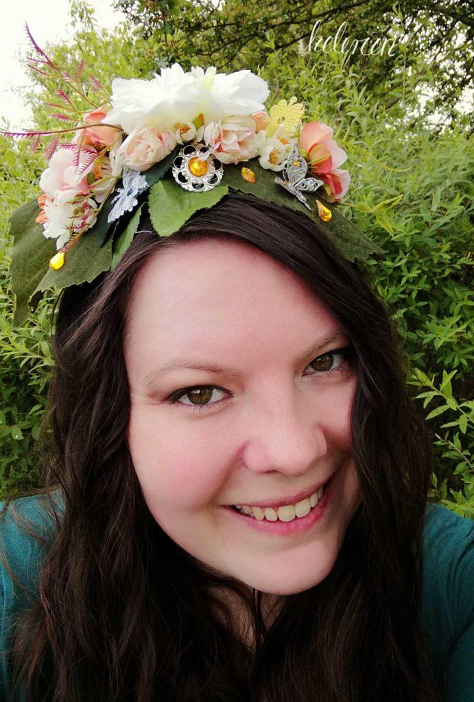 Selbstportrait mit Headpiece, lächeln in die Kamera