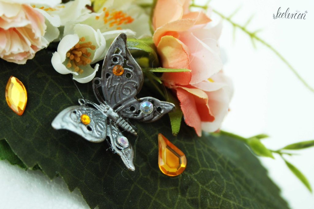 Filigree Schmetterling, silbern lackiert und mit Glitzersteinen verziert