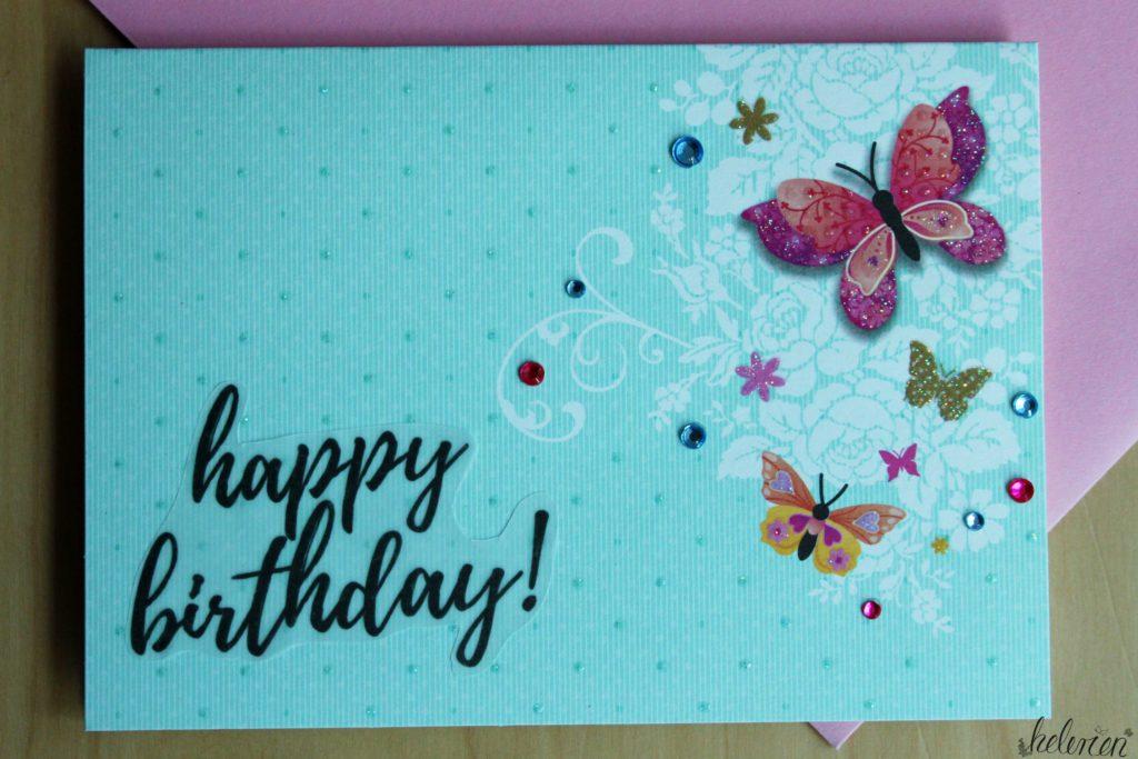 Schmetterlingskarte in hellblau. Schmetterlink i der rechten Hälfte der Karte. bunt. ein happy birthday! Schriftzug in schwarz unten links