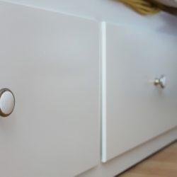 weißes Sofa mit Schubladen und weiß goldenen Knäufen