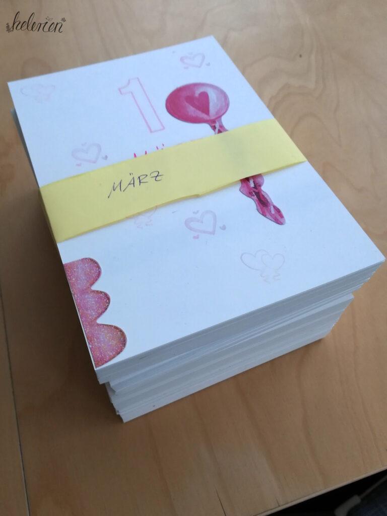 Stapel fertige Karten mit Banderole zusammengefasst